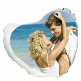 idea regalo personalizzata per ragazza, cuscino a forma di cuore con foto